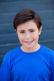 Niño divertido con diez años con la camiseta azul Foto de archivo libre de regalías