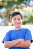 Niño divertido con diez años con la camiseta azul Imagenes de archivo