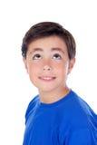 Niño divertido con diez años y la camiseta azul Foto de archivo libre de regalías