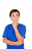 Niño divertido con diez años y la camiseta azul Imagen de archivo libre de regalías