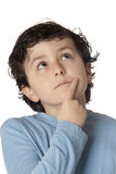 Niño divertido con el pensamiento azul de la camisa imagenes de archivo