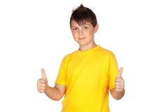 Niño divertido con la camiseta amarilla que dice OK Foto de archivo libre de regalías