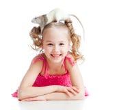 Niño divertido de la niña con la rata del animal doméstico en su cabeza Foto de archivo