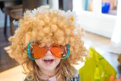 Niño divertido disfrazado como años 60 Fotografía de archivo