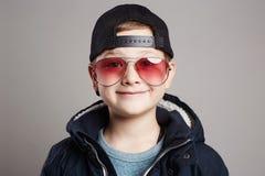 Niño divertido en gafas de sol Little Boy Foto de archivo