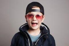 Niño divertido en gafas de sol Muchacho de moda Foto de archivo libre de regalías