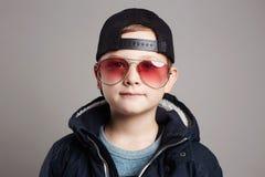 Niño divertido en gafas de sol Muchacho de moda Fotos de archivo