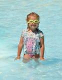 Niño divertido en la piscina Fotos de archivo libres de regalías