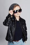 Niño divertido en sombrero Niño pequeño de moda en gafas de sol Imagen de archivo libre de regalías