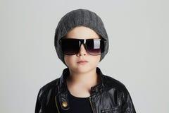 Niño divertido en sombrero Niño pequeño de moda en gafas de sol Fotos de archivo libres de regalías