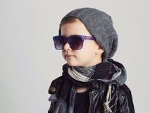 Niño divertido en sombrero y gafas de sol niño pequeño de moda Imágenes de archivo libres de regalías