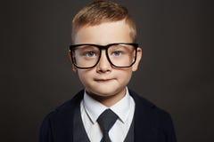Niño divertido en traje y vidrios Fotos de archivo