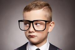 Niño divertido en traje y vidrios Imagen de archivo libre de regalías