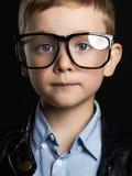 Niño divertido en vidrios Fotografía de archivo libre de regalías