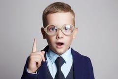 Niño divertido en vidrios niños del genio Imagen de archivo