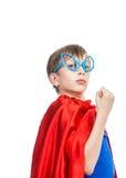 Niño divertido hermoso que finge ser situación del super héroe Fotografía de archivo