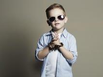 Niño divertido Niño pequeño de moda en gafas de sol Imagenes de archivo