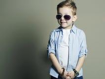 Niño divertido Niño pequeño de moda en gafas de sol Fotografía de archivo libre de regalías