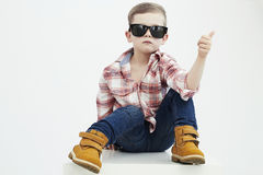 Niño divertido Niño pequeño de moda en gafas de sol Imagen de archivo libre de regalías