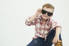Niño divertido Niño pequeño de moda en gafas de sol Fotografía de archivo