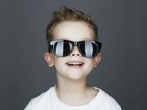 Niño divertido Niño pequeño de moda en gafas de sol Imagen de archivo