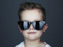 Niño divertido Niño pequeño de moda en gafas de sol Imágenes de archivo libres de regalías