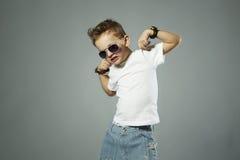 Niño divertido Niño pequeño de moda en gafas de sol emoción Fotografía de archivo libre de regalías