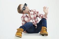 Niño divertido Niño pequeño de moda en gafas de sol niño elegante en zapatos amarillos Imagenes de archivo