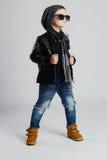 Niño divertido Niño pequeño de moda en gafas de sol niño elegante en zapatos amarillos Imagen de archivo libre de regalías