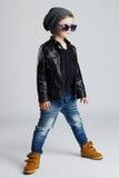 Niño divertido Niño pequeño de moda en gafas de sol niño elegante en zapatos amarillos Fotografía de archivo