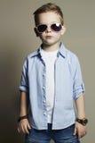 Niño divertido Niño pequeño de moda en gafas de sol Pantalones vaqueros Imagen de archivo