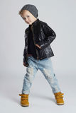 Niño divertido niño pequeño de moda en sombrero Imagen de archivo