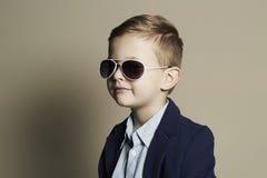 Niño divertido Niño pequeño en gafas de sol Fotografía de archivo