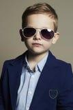 Niño divertido Niño pequeño en gafas de sol Cabrito con estilo Imágenes de archivo libres de regalías
