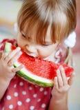 Niño divertido que come la sandía Foto de archivo libre de regalías