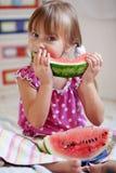 Niño divertido que come la sandía Foto de archivo