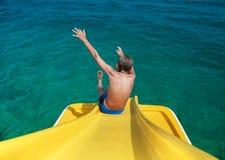 Niño divertido que disfruta de las vacaciones de verano que juegan en el mar Imagen de archivo libre de regalías