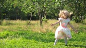 Niño divertido que juega afuera en prado hermoso del verano almacen de metraje de vídeo