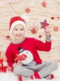 Niño divertido sonriente en Papá Noel Foto de archivo libre de regalías