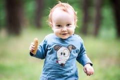 Niño dulce feliz en bosque Fotos de archivo