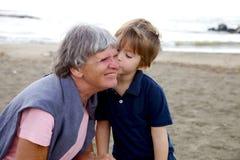 Niño dulce que se besa con la abuela del amor Imagenes de archivo