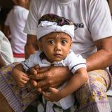 Niño durante la celebración antes de Nyepi - día del Balinese del silencio Fotos de archivo