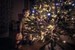Niño durante los días de fiesta de la Navidad y del Año Nuevo Foto de archivo libre de regalías
