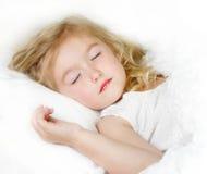 Niño durmiente en cama Fotografía de archivo libre de regalías
