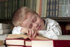 Niño durmiente en los libros imágenes de archivo libres de regalías