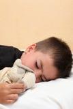 Niño durmiente lindo en la cama Imágenes de archivo libres de regalías