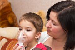 Niño e inhalador Imágenes de archivo libres de regalías