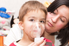 Niño e inhalador Fotos de archivo libres de regalías
