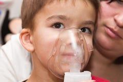 Niño e inhalador Fotos de archivo