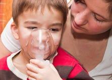 Niño e inhalador Fotografía de archivo